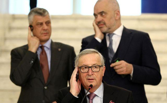 Koliko vpliva je še ostalo Evropski uniji na Zahodnem Balkanu? Na fotografiji predsednik evropske komisije Jean-Claude Juncker po srečanju s kosovskim predsednikom Hashimom Thaçijem in albanskih premierom Edijem Ramo marca letos v Sofiji. FOTO: Reuters