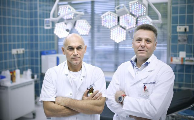 Prof. dr. Uroš Ahčan in asist. Vojko Didanovič, kirurga, ki sta omogočila ženski brez nosu nov nos. Foto: Blaž Samec/Delo