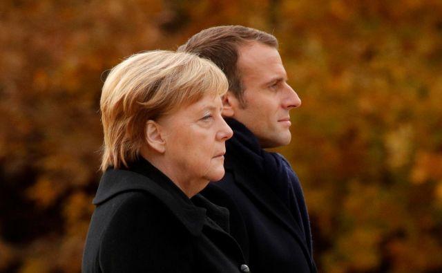 Pred dvojcem Emmanuel Macron – Angela Merkel je še razmeroma dolgo obdobje skupnega dela. A njuna politična moč upada. FOTO: REUTERS/Philippe Wojazer