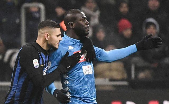 Tudi kapetan Interja Mauro Icardi je skušal pomiriti jeznega Kalidouja Koulibalyja. FOTO: AFP