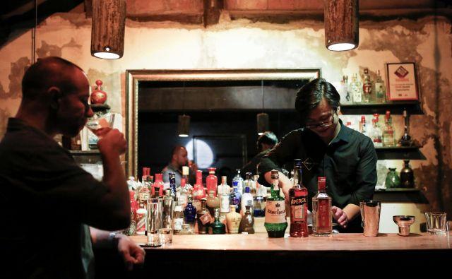 Med mladimi Kitajci so koktajli vse bolj priljubljeni. FOTO: Reuters
