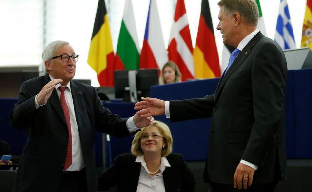 Romunski predsednik Klaus Iohannis med srečanjem s predsednikom evropske komisije Jean-Claudom Junckerjem in evropsko komisarko za regionalno politiko Corino Crețu med zasedanjem evropskega parlamenta v Strasbourgu Foto Reuters