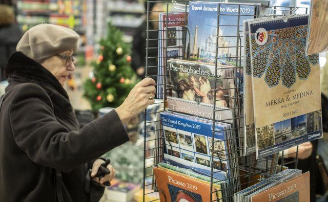 Upokojenka iz Ljubljane je v tamkajšnji knjigarni Konzorcij občudovala koledarje od novembra. Letos je imela pomisleke, saj še vedno hrani koledarja znanih slikarjev iz leta 2013, ki bosta leta 2019 znova uporabna, je povedala. Foto Voranc Vogel