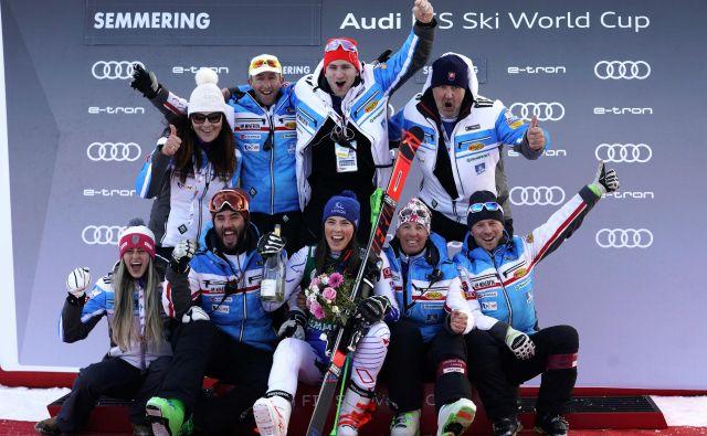 Takole so se premierne veleslalomske zmage Petre Vlhove veselili v slovaški ekipi, v kateri je tudi Livio Magoni (na fotografiji sedi desno od Vlhove), nekdanji trener nekdanje tekmovalke Tine Maze. FOTO: AP