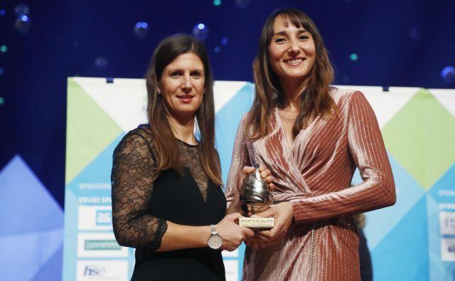 Jadralki Tina Mrak in Veronika Macarol sta po nagradi Društva športnih novinarjev Slovenije za ekipo leta prejeli tudi naziv najboljših športnic Primorske. FOTO: Leon Vidic/Delo