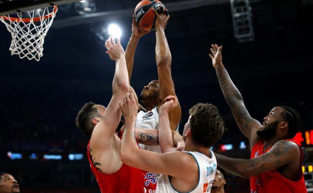 Anthony Randolph (z žogo) je v dobrih 25 minutah dosegel 11 točk in pet skokov za madridski Real, ki je v gosteh izgubil proti Fenerbahčeju. FOTO: Alkis Konstantinidis/Reuters