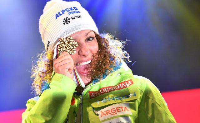 Ilka Štuhec se je pred dobrima dvema letoma razveselila zlate snežinke za zmago na SP v smuku v St. Moritzu. FOTO: AFP