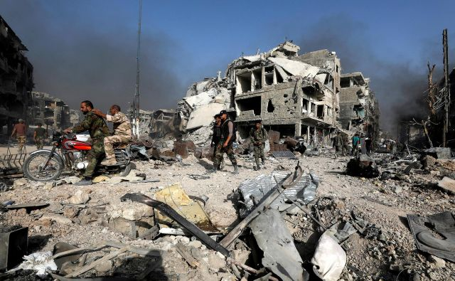Sirska vojna bo čez štiri mesece vstopila v svoje deveto leto. FOTO: Omar Sanadiki/Reuters