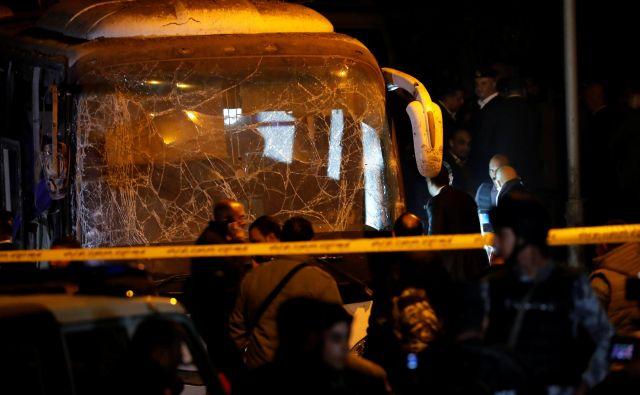 Zaenkrat je znano, da je bila bomba skrita ob zidu, mimo katerega je peljal avtobus. FOTO: Amr Abdallah Dalsh/Reuters