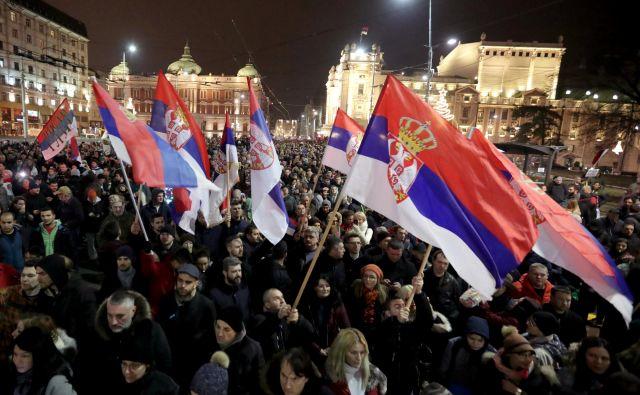 En izmed razlogov, da na protestih proti krvavim srajcam ni bilo več ljudi, so gotovo tudi mediji, ki so pod močnim vplivom Vučića. FOTO: Marko Djurica/Reuters