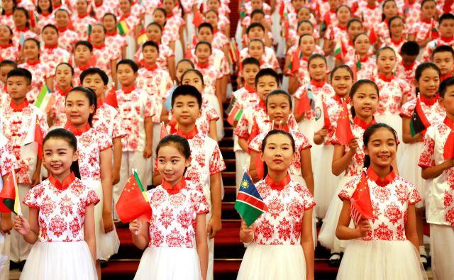 Starejši so bili zaznamovani z brazgotinami preteklosti. Kim Džong Un je bil zanje komunistični demon in diktator. Mladi so severnokorejskega voditelja imeli za 35-letnega ljubitelja košarke in popularne glasbe. FOTO: Reuters