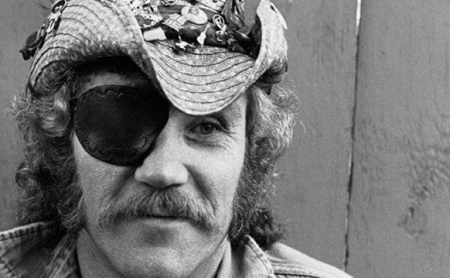 Ray Sawyer je bil perpoznaven po črni prevezi čez oči in kavbojskem klobuku. FOTO: Rolling Stone