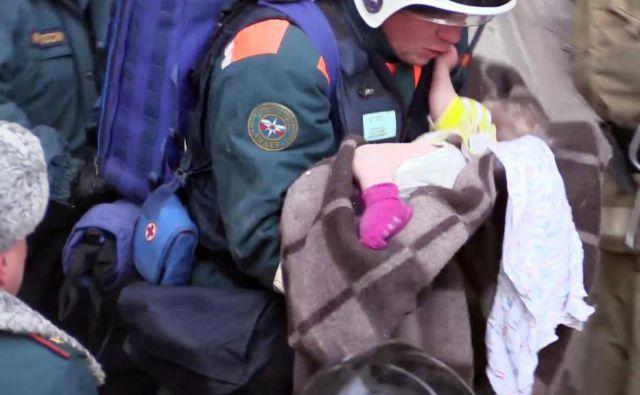 Ruski reševalci so iz ruševin po 35 urah potegnili živo deklico. Malčica je hudo poškodovana, a zdravniki so optimistični. FOTO: AFP