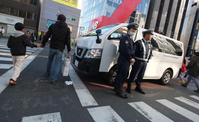 Moški je z manjšim kombijem zapeljal v skupino ljudi v japonskem Tokiu. FOTO: Kazuhiro Nogi/AFP
