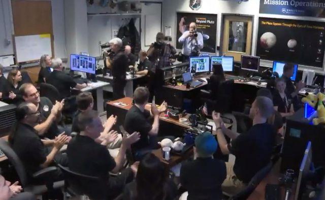Veselje v nadzornem centru, ko so izvedeli, da je s sondo New Horizons vse dobro in da je začela pošiljati podatke o najbolj oddaljenem nebesnem telesu, ki ga je preučevala sonda z Zemlje. Foto Nasa