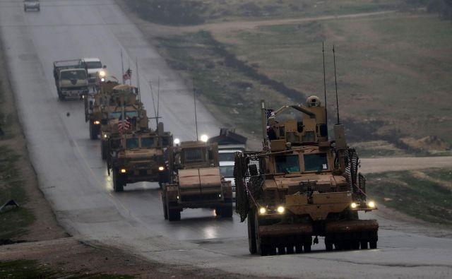 Težko je reči, ali pomeni ameriški umik iz Sirije to, da se bodo ZDA v kratkem umaknile tudi iz vzhodne Azije. Na fotografiji ameriške sile, ki odhajajo iz sirskega severnega mesta Manbidž. FOTO: AFP