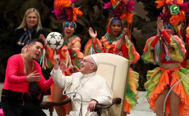Frančiška so med generalno avdienco zabavali člani kubanskega nacionalnega cirkusa. FOTO: Reuters