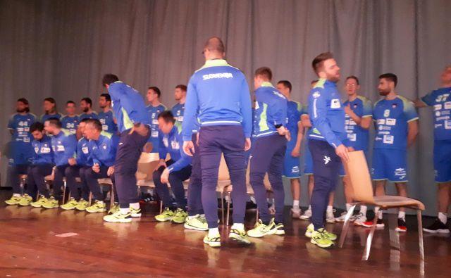 Slovenci so najprej pomerili novo športno opremo, nakar je sledilo skupinsko fotografiranje. FOTO: PZ