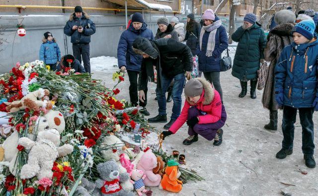 Ljudje se poslavljajo od žrtev. FOTO: Stringer Reuters