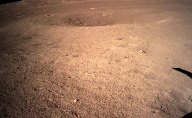 Kitajska vesoljska agencija je objavila fotografije, ki jih je na oddaljeni strani Lune posnela kitajska sonda Chang'e 4. Rover je prvi, ki je pristal na tej strani Lune in tako je Kitajska naredila nov velik korak v vesoljskem raziskovanju. FOTO: Kitajska vesoljska agencija CNSA/AFP