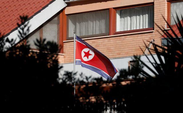 Severnokorejska zastava pred veleposlaništvom v Rimu. FOTO: Alessandro Bianchi/Reuters