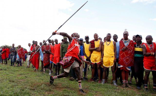 Včasih so s kopjem lovili leve, danes z istimi kopji tekmujejo, kdo bo vrgel sulico dlje, s čemer ne ogrožajo nobene živali. Foto Thomas Mukoya Reuters