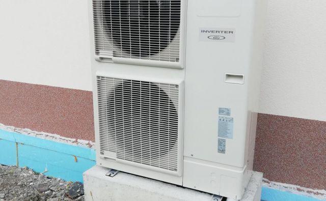 Toplotna črpalka zmore dovolj ogreti prostor, kljub temu pa strošek elektrike samo za potrebe ogrevanja ne preseže 500 evrov letno. Foto: Andrej Jager
