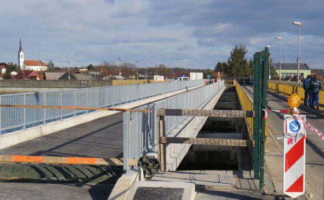 Najprej so zgradili most za lokalni promet ... Foto Franc Milosic
