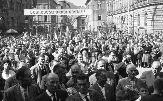 Sprejem gostov vlaka bratstva in enotnosti v Celju leta 1962. Istega leta so Josipa Broza Tita ob njegovi 70-letnici imenovali za častnega občana Celja. FOTO: arhiv ZAC, Fototeka Milana Božiča