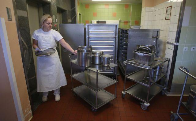 Težke vozičke s hrano, ki jih morajo po bolnici potiskati zaposleni, bodo kmalu zamenjali roboti. FOTO: Tadej Regent