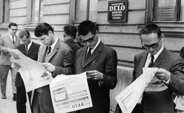Danes ima večina v rokah medij, ki se imenuje pametni telefon. Pred 60 leti je večina imela v rokah časopis. Spremenila se je le oblika, vsebina ostaja. Za vas jo ustvarjamo novinarji Dela. FOTO: fotodokumentacija Dela