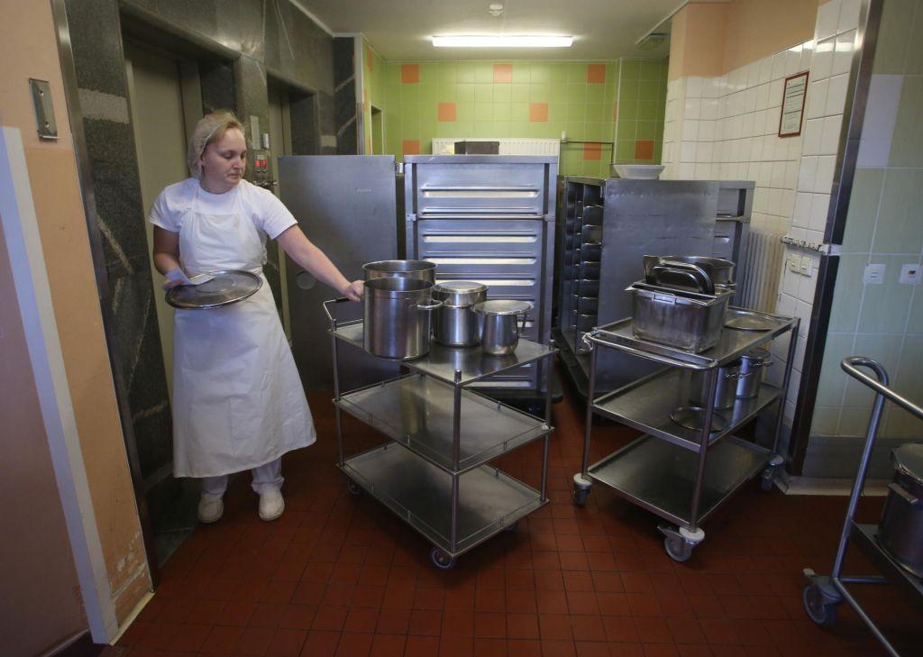 FOTO:Bolnikom bodo hrano dostavljali roboti (VIDEO in FOTO)
