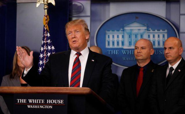 Donald Trump je včeraj po pogajanjih z demorkati dejal, da so bila produktivna, za zaprtimi vrati naj bi grozil z dolgotrajno ustavitvijo dela vlade. Foto Reuters