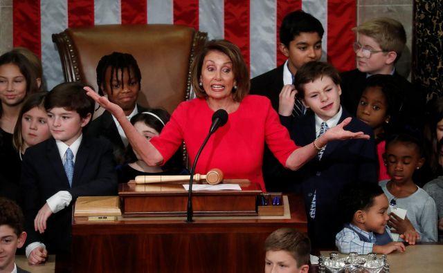 Nancy Pelosi je vodstvo spodnjega doma prevzela obdana z otroki in v razigrani slovesnosti, ki je za nekaj ur zastrla turobnost ameriškega političnega vsakdana. FOTO: Reuters
