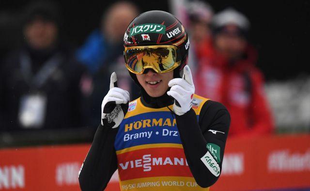 Rjoju Kobajaši se je v Innsbrucku rešil še zadnjega tekmeca, Markusa Eisenbichlerja, le še velika smola mu lahko prepreči osvojitev zlatega orla, in to z velikim slamom. FOTO: Barbara Gindl/AFP