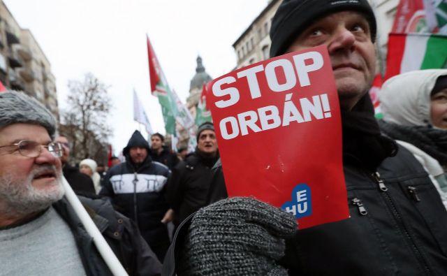 »Odstopite, odstopite!« je v soboto v središču Budimpešte madžarske oblasti pozivalo na tisoče protestnikov. Foto: AFP