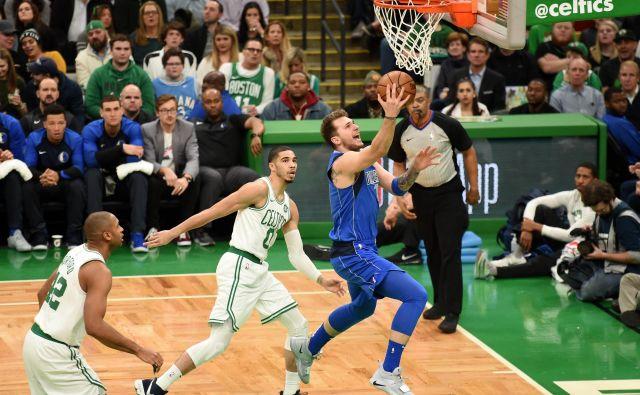 Z nekaj akcijami je Luka Dončić navdušil tudi zahtevne navijače v znameniti dvorani Garden v Bostonu. FOTO: Reuters