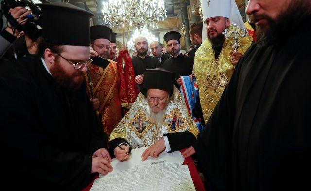Patriarh Bartolomej je listino, ki jo imajo Ukrajinci za zgodovinsko, podpisal v istanbulski cerkvi sv. Jurija. FOTO: Murad Sezer/Reuters