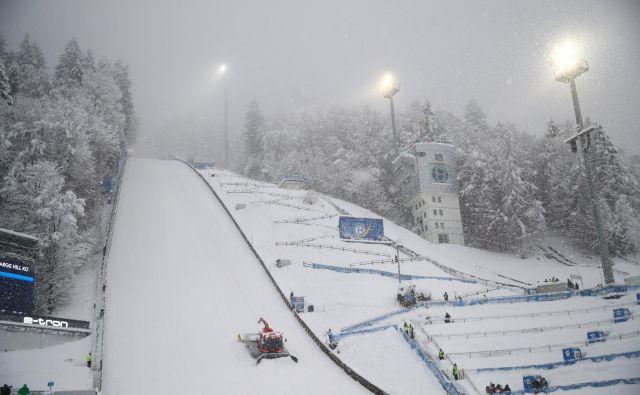 V Bischofshofnu je skakalce pričakala prava zimska pravljica, ki pa je žal onemogočila izvedbo kvalifikacij. FOTO: Reuters