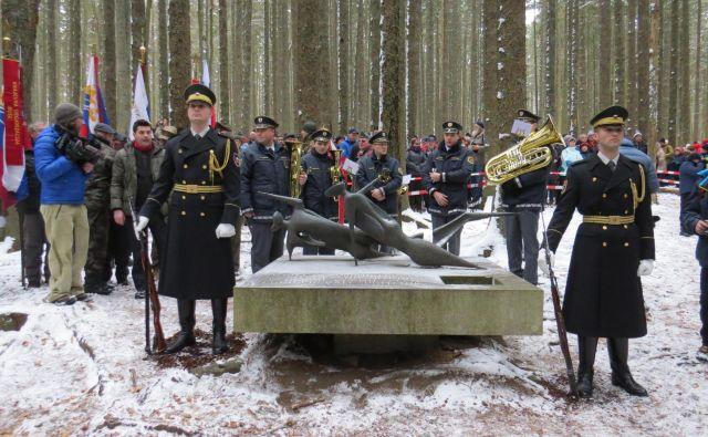 Pobitim borkam in borcem Pohorskega bataljona so se poklonili tudi pripadniki častne straže Slovenske vojske. FOTO: Bojan Rajšek/Delo