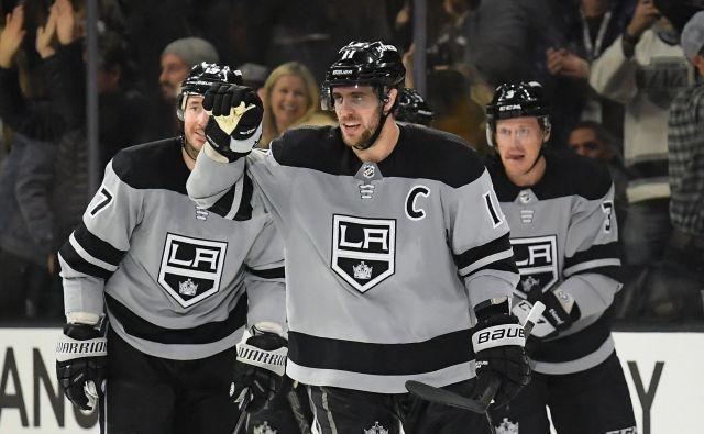 Anže Kopitar (na sredini) se je takole veselil svojega jubilejnega 300. gola v NHL. FOTO: AFP