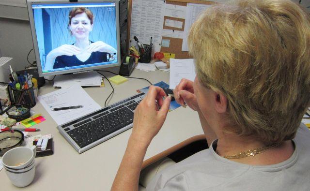 Če so na spletni strani multimedijske vsebine opremljene s podnapisi in celo s tolmačem v znakovni jezik, vendar navigacija ni mogoča s tipkovnico, slike pa so brez tekstovnih alternativ, potem spletišče kljub pozitivnim lastnostim ni dostopno, razlaga sogovornica. FOTO: Dokumentacija Dela
