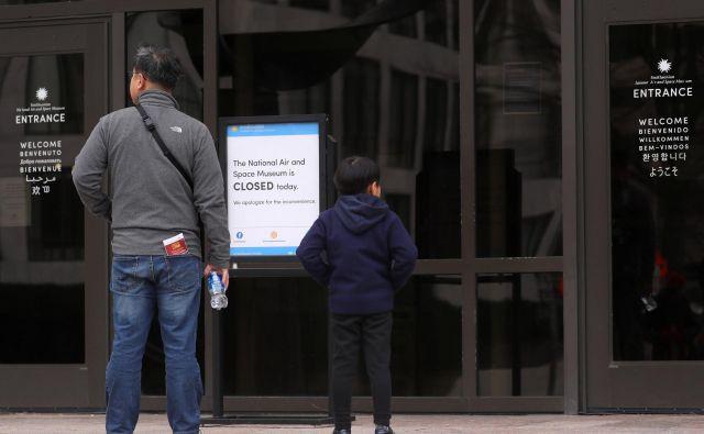 Obiskovalci ostajajo pred zaprtimi vrati muzejev in kulturnih znamenitosti, medtem ko se je ustavitev dela vlade zavlekla že v tretji teden. FOTO Reuters