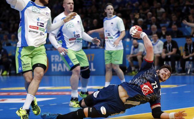 Slovenci (od leve Borut Mačkovšek, Matej Gaber in Jure Dolenec) so na drugi tekmi pokazali boljši obraz, toda Francija (v akciji Ludovic Fabregas) je še enkrat visoko zmagala. FOTO: Reuters