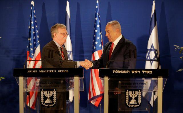 Predsednikov svetovalec za nacionalno varnost John Bolton je izraelskemu premieru Benjaminu Netanjahuju, s katerim delita svetovni nazor, obljubil, da bo ameriški umik iz Sirije potekal tako, da bo »zagotovil poraz Islamske države ter poskrbel za varnost Izraela in drugih prijateljev v regiji«. FOTO: Reuters
