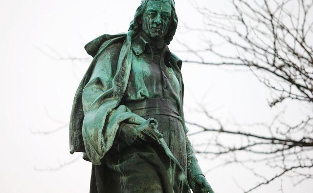 Leta 1889 postavljen spomenik Valentinu Vodniku na mestu nekdanjega liceja FOTO Jože Suhadolnik/Delo