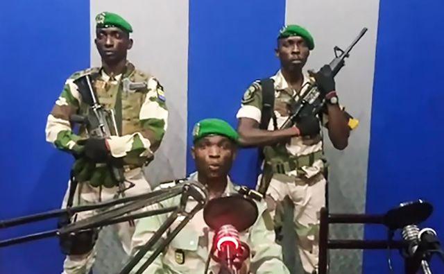 Pripadniki gabonske vojske so danes zjutraj poslopje nacionalnega radiotelevizije, od koder so sporočili, da je v teku državni udar. FOTO: AFP