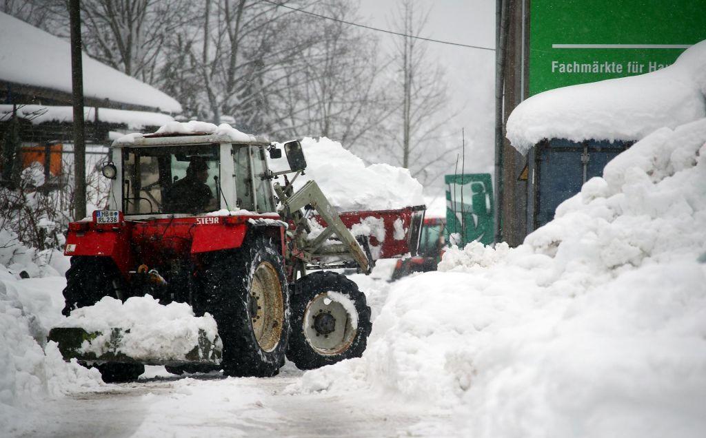 FOTO:V Avstriji in Nemčiji ogromno težav zaradi velike količine snega