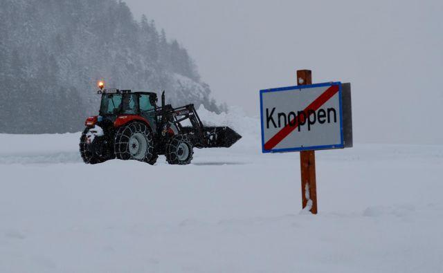 Zaradi močnega sneženja je v bavarskih in avstrijskih zimskošportnih središčih obtičalo na tisoče turistov. FOTO: Leonhard Foeger/Reuters