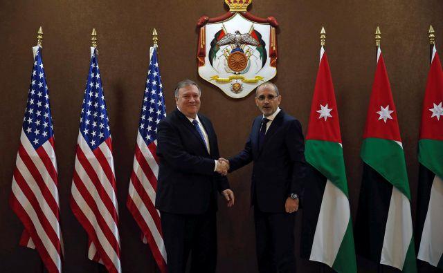 Ameriški zunanji minister Mike Pompeo je začel obisk Bližnjega vzhoda v jordanski prestolnici Aman. Na fotografiji z zunanjim ministrom Ajmanom Safadijem. FOTO: Reuters